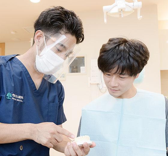 木村翔馬院長の模型を使った治療説明