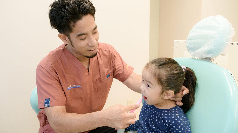 木村翔馬院長と歯磨きを教えてもらう女の子