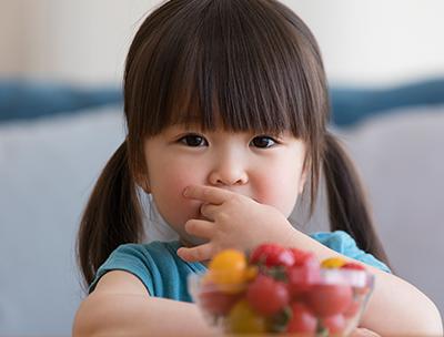 ミニトマトを食べる女の子