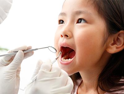 歯科診療を受ける子ども